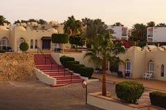 Opinião pitoresca da manhã da construção do hotel do recurso com palmeiras e arbustos durante o nascer do sol Sharm El Sheikh, Eg fotografia de stock