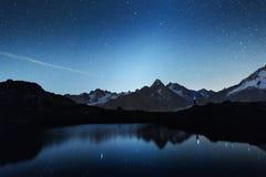Opinião pitoresca da noite do lago Chesery em cumes de França imagem de stock