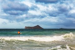 Opinião a praia de Waimanalo e o surfista só na ilha de Oahu fotografia de stock