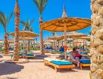 Opinião a praia e os veraneantes nos vadios nas costas da queimadura do Mar Vermelho no sol em férias foto de stock royalty free