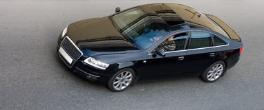 Opinião principal dianteira isolada velocidade de sedan luxuoso Foto de Stock Royalty Free