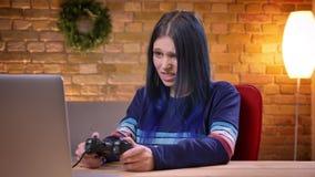 Opinião reta do close up o blogger video fêmea adolescente novo que joga jogos de vídeo no portátil e que perde ficar irritado video estoque