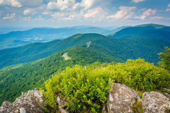 Opinião Ridge Mountains azul dos penhascos rochosos pequenos do homem, i Imagens de Stock