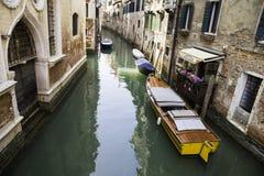 Opinião Rio di San Cassiano Canal com barcos e as fachadas coloridas de casas medievais velhas em Veneza Imagem de Stock Royalty Free