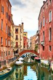 Opinião Rio Marin Canal com barcos e gôndola do Ponte de la Bergami em Veneza, Itália Veneza é uma popular Fotografia de Stock