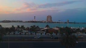 Opinião a roda da cidade Marina Mall de Abu Dhabi, do olho do porto, a praia do corniche e o Fairmont Marina Residences em um por vídeos de arquivo