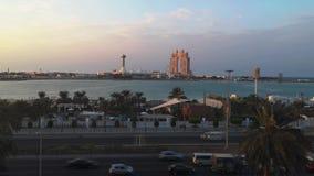 Opinião a roda da cidade Marina Mall de Abu Dhabi, do olho do porto, a praia do corniche e o Fairmont Marina Residences em um por filme