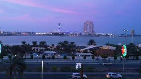 Opinião roxa do por do sol da cidade de Abu Dhabi - roda do olho famoso de Marina Mall, do porto e Fairmont Marina Residences filme