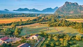 Opinião rural aérea do nascer do sol do vale da montanha vídeos de arquivo