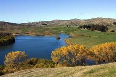 Opinião rural pitoresca do lago no outono Imagens de Stock Royalty Free