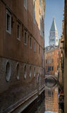 Opinião San Marco Tower de um canal pequeno Foto de Stock Royalty Free
