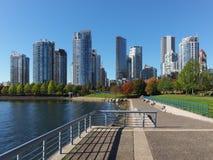 Opinião a skyline e o David Lam Park de Vancôver Imagens de Stock Royalty Free