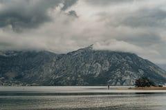 Opinião sombrio do tempo e da mágica da baía de Kotor no tempo de mola M Foto de Stock Royalty Free