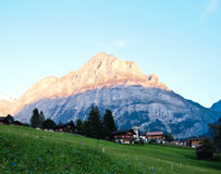 Opinião suíça da vila com fundo de Jungfrau Foto de Stock