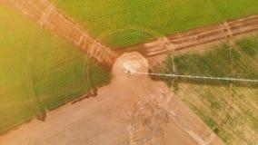 Opinião superior aérea industrial da agricultura 4K A instalação para a irrigação de campos redondos com as colheitas agrícolas n vídeos de arquivo