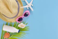 Opinião superior ajustada, equipamento e acessórios do verão do viajante no azul foto de stock royalty free