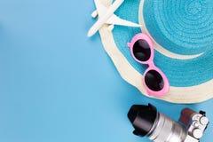 Opinião superior ajustada, equipamento e acessórios do verão do viajante no azul imagens de stock