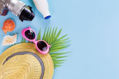 Opinião superior ajustada, equipamento e acessórios do verão do viajante no azul imagens de stock royalty free