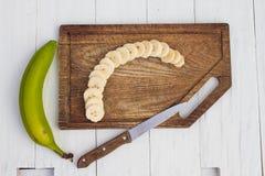Opinião superior a banana cortada na placa de madeira Fotos de Stock