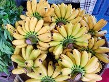 Opinião superior a banana do grupo na cesta no mercado fotografia de stock