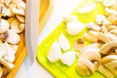 Opinião superior cogumelos cortados com uma faca e um alho imagens de stock royalty free