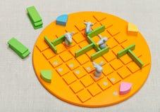 Opinião superior a criança de Quoridor do jogo de mesa Imagem de Stock