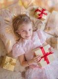 Opinião superior a criança de sorriso com lotes dos presentes Fotos de Stock