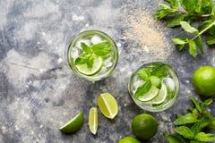 Opinião superior da bebida do álcool do cocktail de Mojito no vidro de highball, bebida tropical das férias do verão com rum imagem de stock royalty free