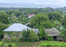 A opinião superior da casa de campo com uma horta e as árvores ao redor Imagem de Stock