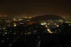 A opinião superior da cidade da noite arrasta a exposição longa imagens de stock