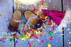 Opinião superior da festa de anos do conceito na zombaria roxa do fundo acima Aniversário do ` s das crianças Imagem de Stock
