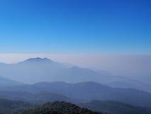 Opinião superior da montanha no mar da névoa Imagens de Stock