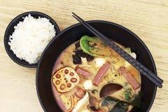 Opinião superior da sopa picante asiática, fundo de madeira, close-up imagens de stock