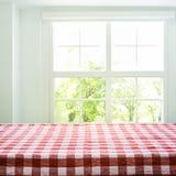 Opinião superior da textura quadriculado da toalha de mesa no jardim da opinião da janela do borrão foto de stock