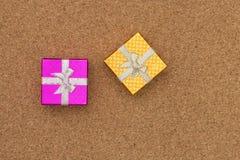 Opinião superior das caixas de presente no fundo de madeira Fotografia de Stock Royalty Free