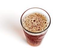 Opinião superior de borbulhagem da espuma do vidro de cerveja Foto de Stock