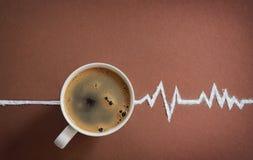 Opinião superior de copo de café e cardiograma dos batimentos cardíacos Fotografia de Stock