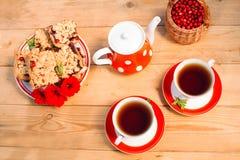 Opinião superior de copos de chá Tempo do chá para o partido Às bolinhas vermelho do grupo de chá, co Fotografia de Stock Royalty Free
