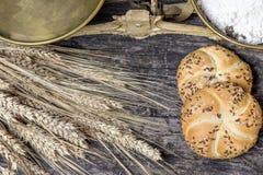 Opinião superior de escalas velhas da cozinha, colher do close up da farinha, milho e Imagem de Stock Royalty Free