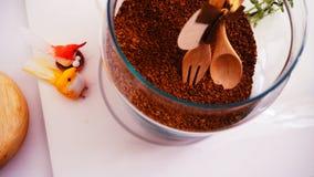 Opinião superior de feijões de café no fundo branco limpo com composição de copos de café, pássaros coloridos, lâmpadas, jardim n Fotografia de Stock