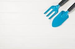 Opinião superior de ferramentas de jardinagem no fundo de madeira branco das pranchas Imagem de Stock Royalty Free