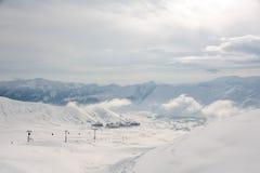 Opinião superior de Pictoresque do teleférico, de casas pequenas e de montanhas da altura em Geórgia, Gudauri imagem de stock royalty free