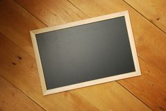 Opinião superior de placa de giz com fundo de madeira imagens de stock royalty free