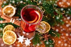 Opinião superior decorada festiva ferventada com especiarias Natal do vinho Fotografia de Stock