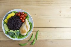 A opinião superior do alimento limpo na tabela de madeira no disco tem o vegetal e a galinha Imagens de Stock