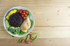 A opinião superior do alimento limpo na tabela de madeira no disco tem o vegetal e a galinha Imagem de Stock Royalty Free