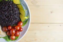 A opinião superior do alimento limpo na tabela de madeira no disco tem o vegetal e a galinha Foto de Stock Royalty Free