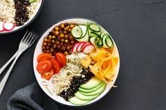 Opinião superior do alimento saudável equilibrado limpo da bacia de buddha de dois vegetarianos Fotografia de Stock