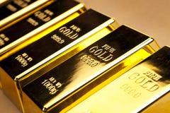 Opinião superior do close up das barras de ouro fotos de stock royalty free