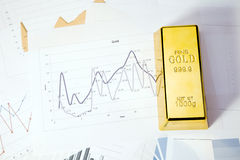 Opinião superior do close up das barras de ouro imagem de stock
